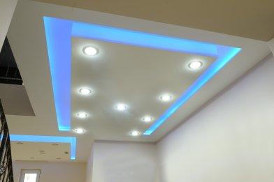 Kék LED szalag álmennyezetben